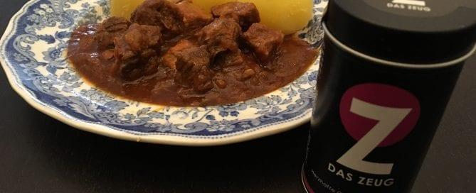 Gulasch mit Zwiebeln und Rotweinsauce