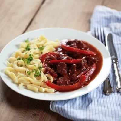 Gulasch aus Rindfleisch mit roter Paprika